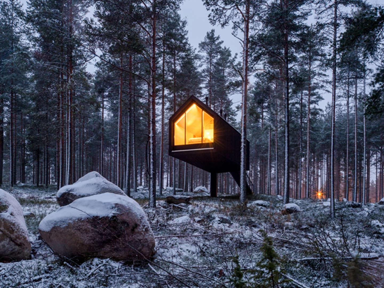 Dormire in una casa sull'albero: il prototipo dello Studio Puisto per vivere la natura finlandese